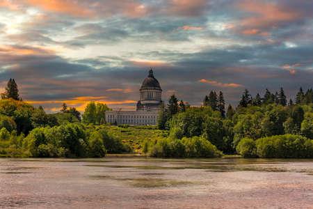 Amanecer sobre el lago Capitol y el edificio en el estado de Washington Olympia