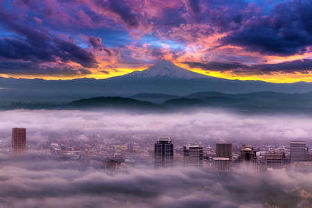 Dramatic colorful sunrise over Mount Hood and foggy Portland Oregon city downtown Stok Fotoğraf