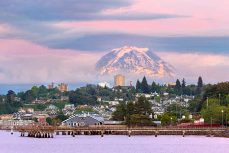 Mount Rainier over Tacoma Washington waterfront during alpenglow sunset evening Фото со стока - 106270714