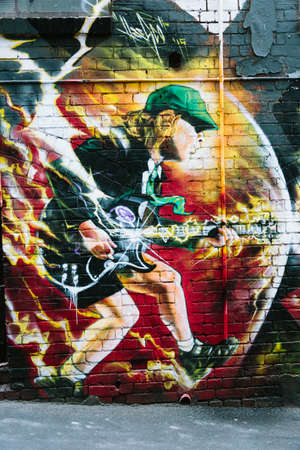 MELBOURNEAUSTRALIA - FEBRUARY 6: Taken in Melbournes famous graffiti laneways, this mural of ACDCs Angus YOung was found in ACDC Lane, Mlebourne. 新聞圖片