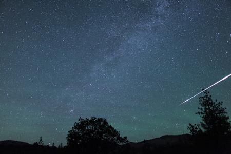 Bola de fuego de meteorito vuela en el cielo en un instante, Oregon, Ashland, Cascade Siskiyou National Monument, Taken 06.12 Foto de archivo