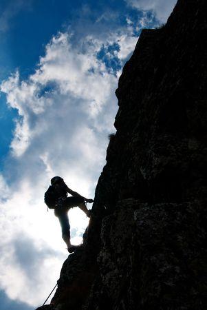 climber: Silhouet van een man tijdens een ascensie in Retezat bergen. Stockfoto