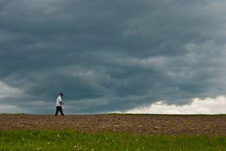 siembra: Un hombre que se siembra en una forma de antiguo, en Rumania