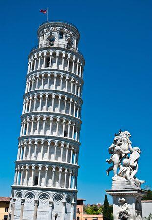 pisa: de scheve toren in pisa, Italië, romaanse architectuur in Toscane