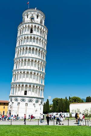 유명한: 피사, 이탈리아, 투스카니에있는 로마네스크 건축에서 피사의 사탑을 방문하는 사람들