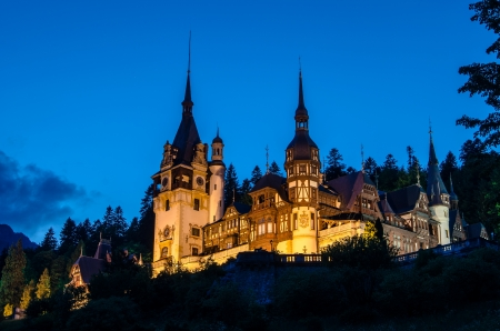 Peles Castle is a Neo-Renaissance castle placed in an idyllic setting in the Carpathian Mountains, in Sinaia, Prahova County, Romania; built between 1873 and 1914 its inauguration was held in 1883  Stockfoto