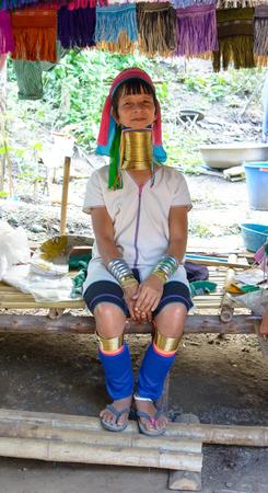 identidad cultural: Chiang Mai, Tailandia - 09 de diciembre 2013 Long Neck Kayan mujer, un subgrupo de personas Red Karen mujeres Kayan dicen que el uso de los anillos es la identidad cultural y asociados a la belleza