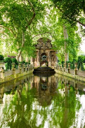 jardin de luxembourg: The Medici Fountain is a monumental fountain in the Jardin du Luxembourg in Paris  It was built in about 1630 by Marie de Medici