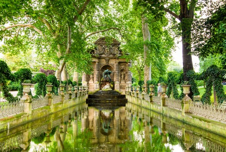 The Medici Fountain is a monumental fountain in the Jardin du Luxembourg in Paris  It was built in about 1630 by Marie de Medici 免版税图像 - 30082845