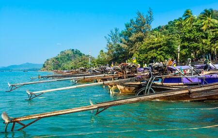 railey: Longtail barche sulla spiaggia Railey, Krabi, Thailandia Bella paesaggio con acqua blu e rocce calcaree