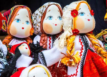 美しい少女グッズ: tradiditional 衣装でルーマニアの手作り人形