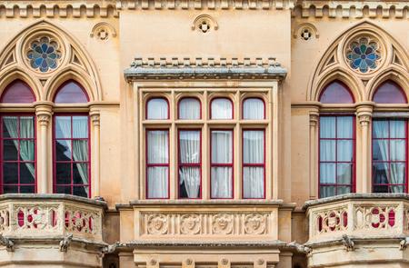 pawl: Dettaglio architettonico di una bella architettura classica gotica su una casa nella citt� vecchia di Mdina a Malta a Pjazza San Pawl Archivio Fotografico