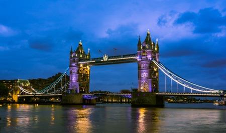 anochecer: Tower Bridge vista nocturna desde el puente, Londres, Reino Unido. Una báscula y puente colgante combinados que cruza el río Támesis y se ha convertido en un símbolo icónico de Londres. Foto de archivo