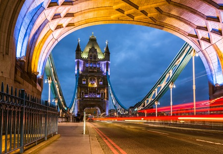Bridge Tower night view from the bridge London United Kingdom. A combined bascule and suspension bridge which crosses the River Thames and has become an iconic symbol of London. Foto de archivo