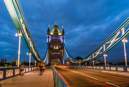 anochecer: Tower Bridge vista nocturna desde el puente de Londres, Reino Unido. Una báscula y puente colgante combinados que cruza el río Támesis y se ha convertido en un símbolo icónico de Londres.