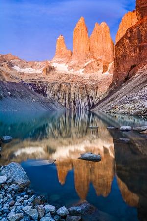 ザ タワーズ アット サンセット、トーレス ・ デル ・ パイネ国立公園、パタゴニア、チリとラグナ ・ トレス