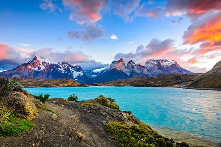 トレス デル パイネ Pehoe 湖、南米のパタゴニア、チリ - 南パタゴニア氷原、Magellanes 地域の上 写真素材