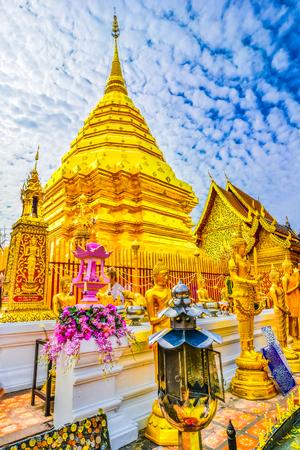 Estupa dorada en Wat Phra que Doi Suthep, Chiang Mai, templo histórico popular en Tailandia Foto de archivo - 88689052