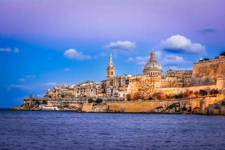 マルサムセット港とバレッタ、マルタ:夕暮れ時の水の美しい景色