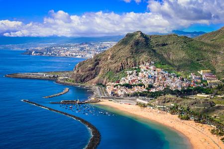 Las Teresitas, Teneryfa, Wyspy Kanaryjskie, Hiszpania: Playa de Las Teresitas, słynna plaża w pobliżu Santa Cruz de Tenerife z malowniczą wioską San Andres
