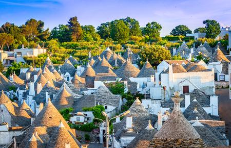 Alberobello, Puglia, Italia: paisaje urbano sobre los techos tradicionales de los Trulli, casas antiguas y originales de esta región, Apulia
