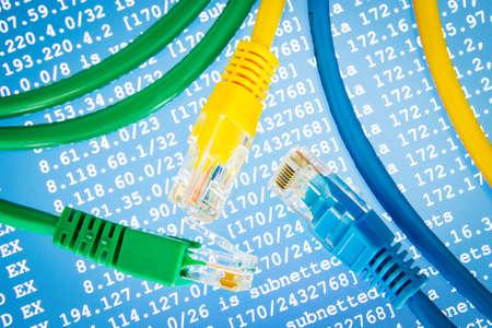Kolorowe kable z tablicą trasowania na niebieskim tle