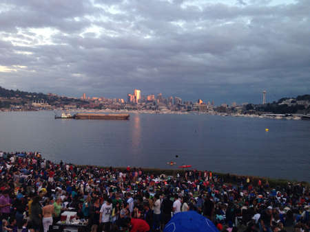 The city of Seattle from a jam packed Gas Works park across lake union  版權商用圖片