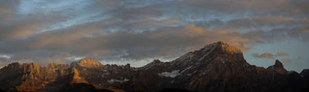 panorama view of a mountain range in partly lit sunset light 版權商用圖片