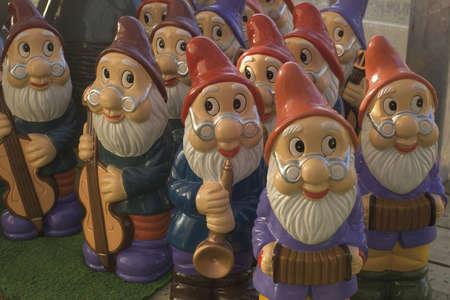 kabouters: set van tuinkabouters spelen muziekinstrumenten te koop in tuincentrum Stockfoto
