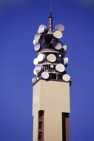 telecoms: torre di telecomunicazioni con antenne paraboliche