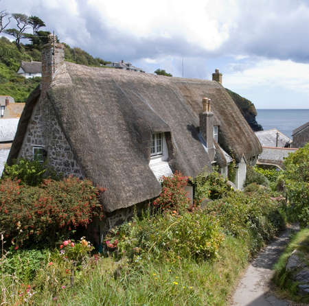 thatched roof: cadgwith harbour and bay fishing village and port cornwall england uk Stock Photo