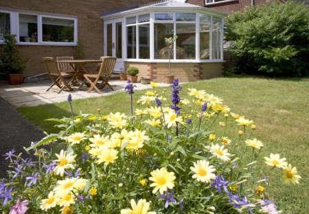 serre tafels stoelen planten kamer in huis naast de tuin
