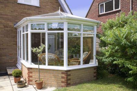 conservatorium tafels stoelen planten kamer in huis naast de tuin Stockfoto