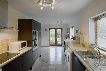 complemento: Color cocina en la imagen recientemente restaurada casa reconstruida superficies de trabajo  Foto de archivo