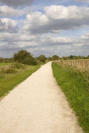 disused: cycleway sendero y el verde en desuso y convertida l�nea ferroviaria de Stratford upon Avon Warwickshire Midlands Inglaterra el Reino Unido  Foto de archivo