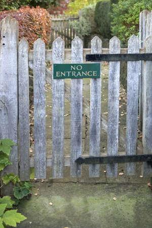 no entrance: Una puerta de entrada con un signo no de �l. Foto de archivo