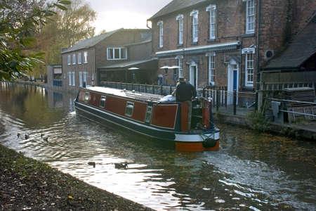 두서없는: A narrow boat or barge on the worcester and birmingham canal stoke prior worcestershire.