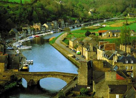 boast: La vista sulla foce del fiume rance la citt� di Dinan Cotes d'Armor bretagna Francia Europa  Archivio Fotografico