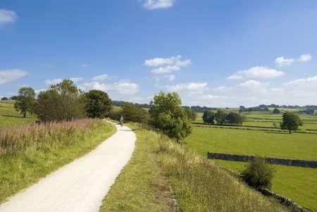 disused: Vista desde el sendero cycleway y tissington sendero a lo largo de la l�nea de ferrocarril en desuso parque nacional Peak District Derbyshire Inglaterra Reino Unido.