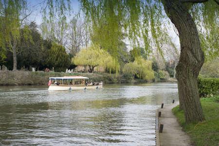 the boat on the river: Embarcaci�n de recreo del r�o Avon Stratford-upon-Avon Warwickshire Reino Unido Inglaterra Foto de archivo