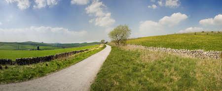 cycleway: vista dal sentiero alto picco cycleway e sentiero lungo la linea ferroviaria in disuso Peak District parco nazionale derbyshire england uk