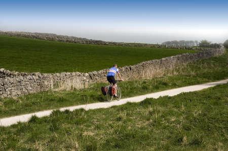 cycleway: vista dal sentiero alto picco cycleway e sentiero lungo linea ferroviaria in disuso Peak District National Park Derbyshire England UK