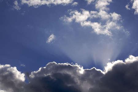 shafts: Ein cloudscape in den Himmel mit Wolken und Wellen des Lichts.