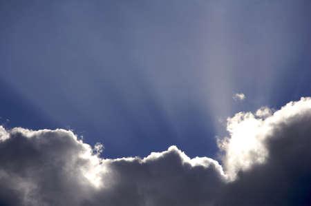 shafts: Ein Cloudscape in den Himmel mit Wolken und Wellen des Lichts. Lizenzfreie Bilder