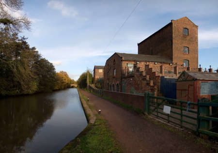 worcester and birmingham canal: pub alongside canal