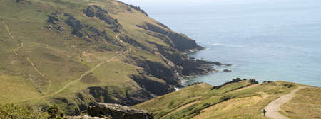 southwest: de cliffs op bolberry naar beneden op de south west devon kust kust pad het zuiden hams devon england uk