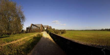 cycleway: azienda agricola al centro dei terreni agricoli e dei campi, linea ferroviaria in disuso sul sentiero Greenway Stratford-upon-Avon e pista ciclabile