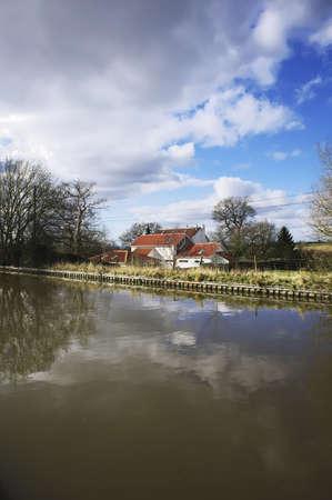 tardebigge: Case accanto al canale o fiume.