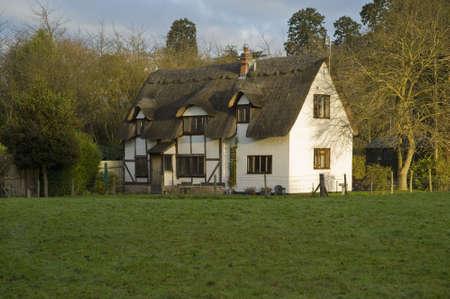 casa de campo: una casa en un campo en el campo