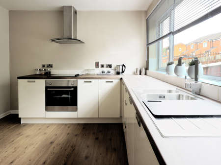 armario cocina: cocina de imagen de color en las superficies de trabajo reci�n restaurada casa reconstruida